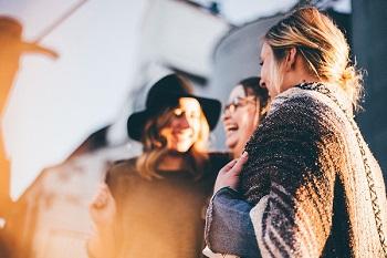 女性の友達とクリスチャンココを分ける